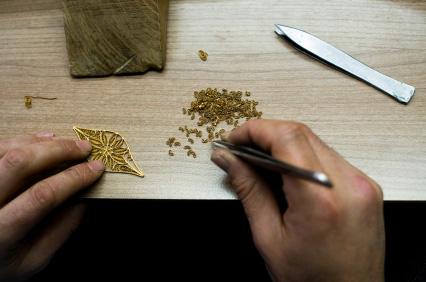 Efva Attling designar sina smycken i en egen designstudio